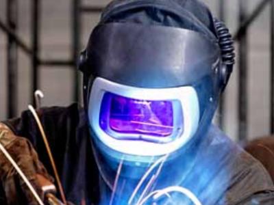 焊工戴面罩工作